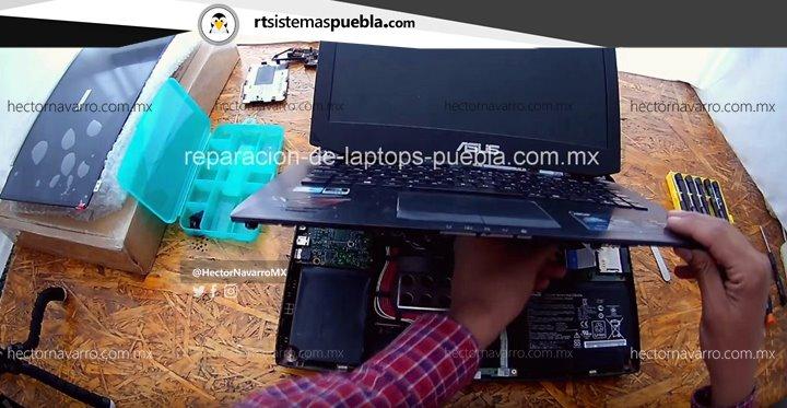 Desconectar el flex de teclado con ayuda del spudger