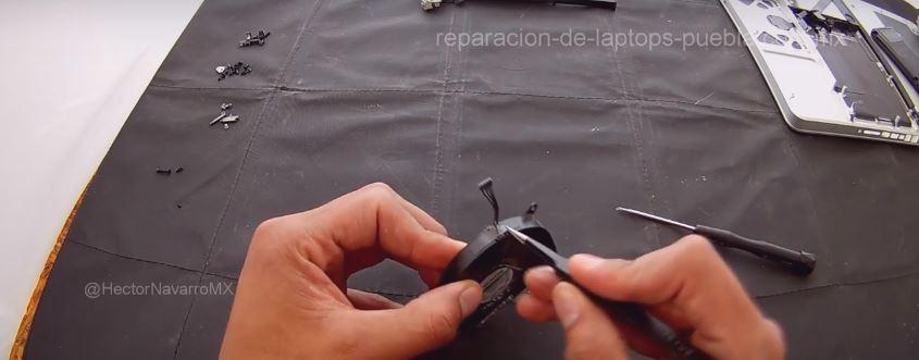 Quitar la etiqueta que sostiene el cable del motor